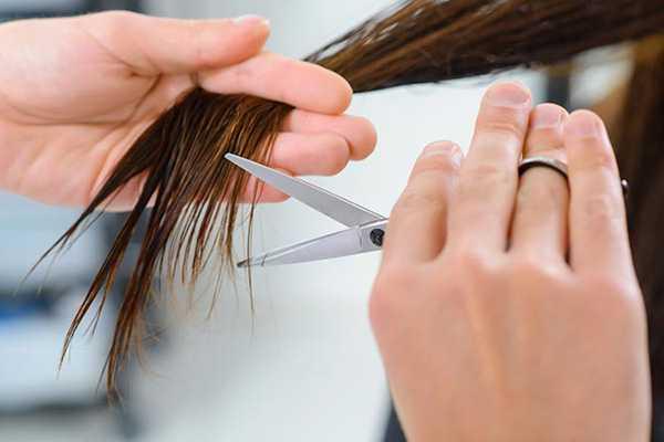 Как предотвратить повреждения и восстановить волосы после утюжка